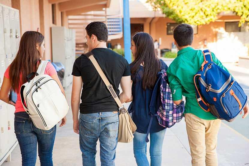 Starší studenti též ocení praktickou tašku přes rameno