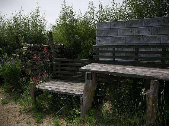 Zcela jednoduchý zahradní nábytek v přírodně pojaté zahradě (Zdroj: Daniela Dušková)