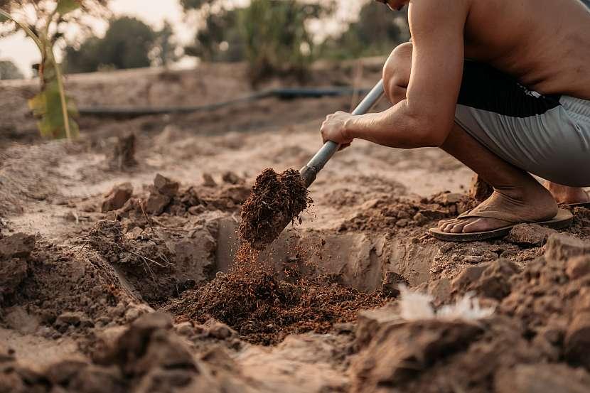 Vykopaná jáma a sypání hnoje