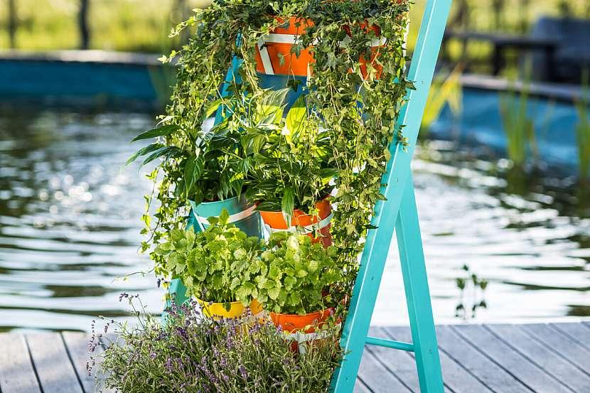 Až nátěr na stojanu zcela zaschne, můžete na něj hned zavěsit truhlíky či závěsné květináče