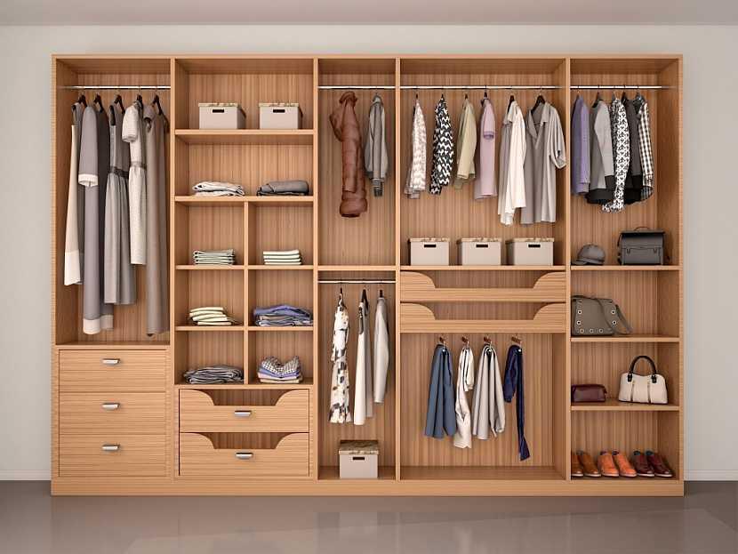 Vestavěná skříň s několika zásobníky na sezonní oblečení