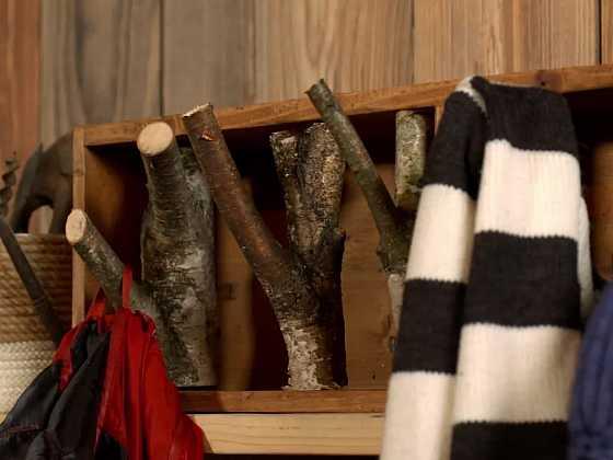 Vyrobte si věšák na kabáty z truhlíku a několika větví (Zdroj: Archiv FTV Prima)