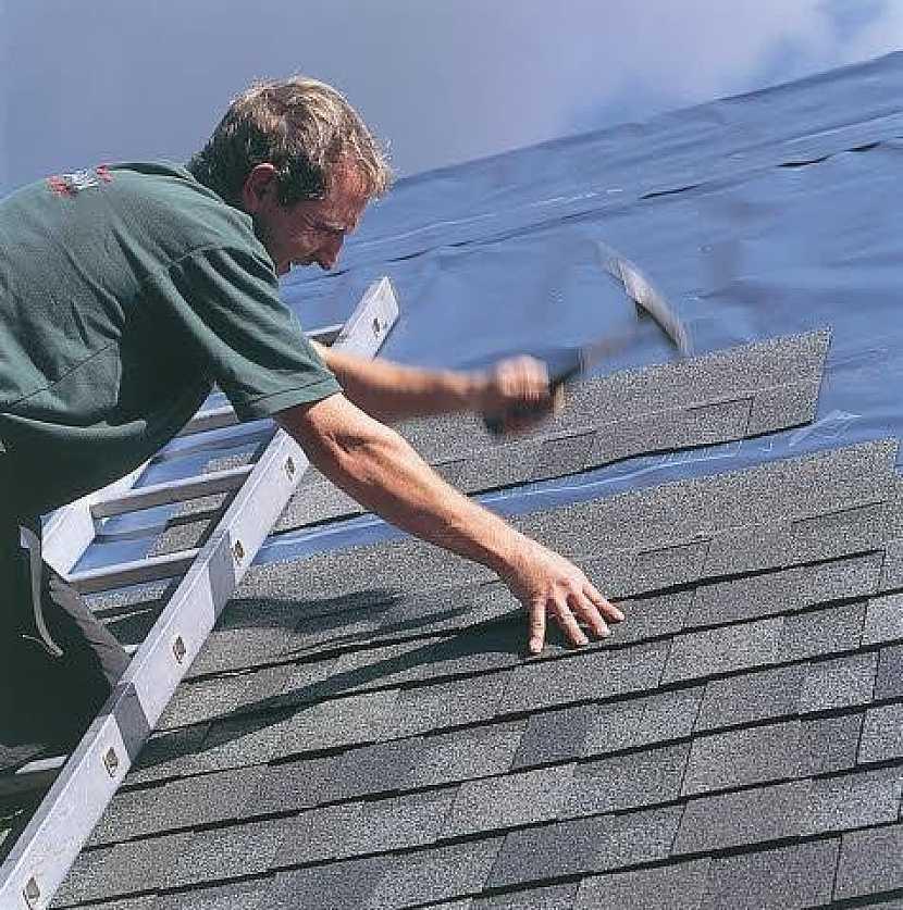 Pokládka šindelů na zbytek střechy