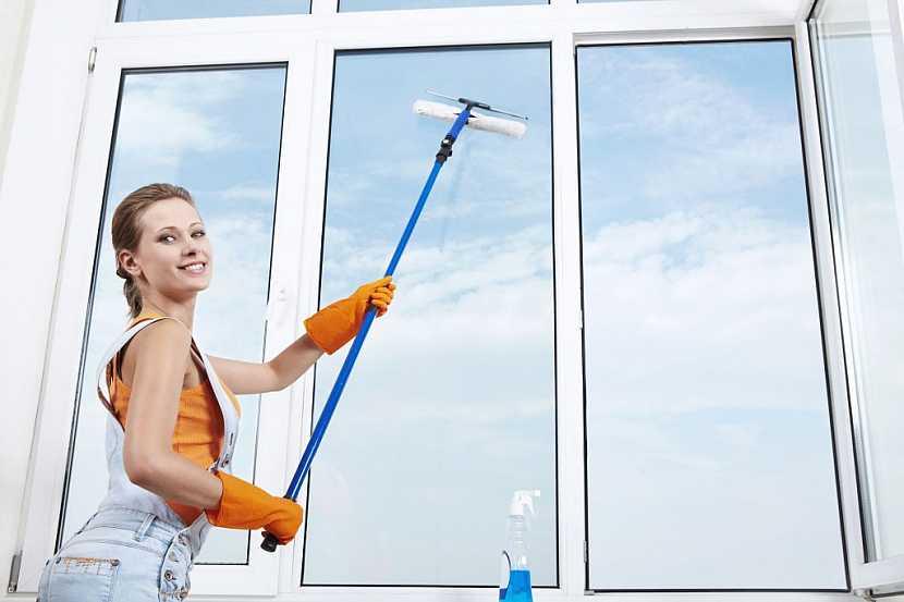Mytí oken s prodlouženou násadou je praktické
