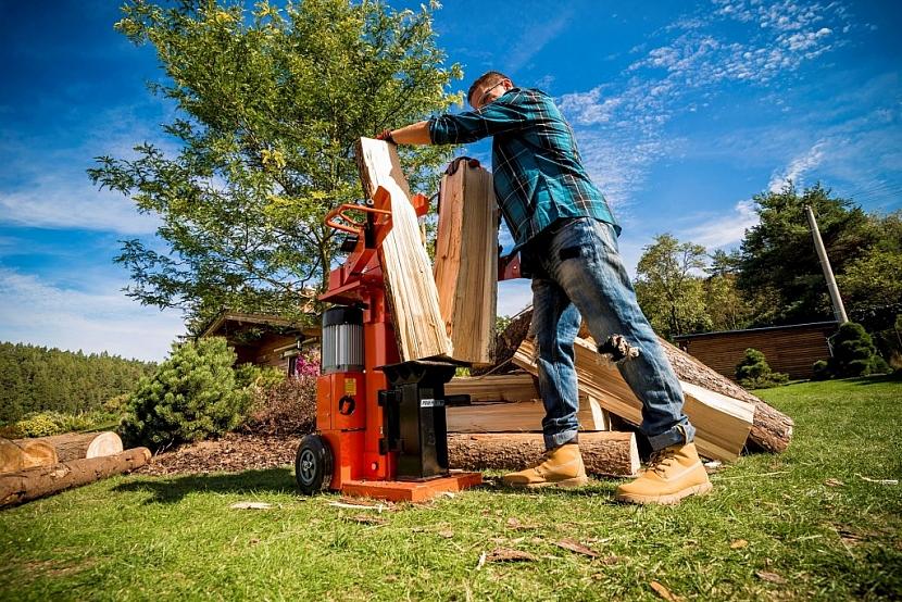 Štípačka Powerlog 10 t se štípacím tlakem 10 tun. Poradí si i s poleny dlouhými až 130 cm.