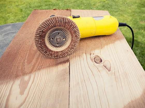 Snadný a rychlý způsob drásání a strukturování dřeva (Zdroj: Depositphotos (https://cz.depositphotos.com)