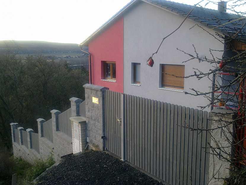 Plot, růžovobílý dům