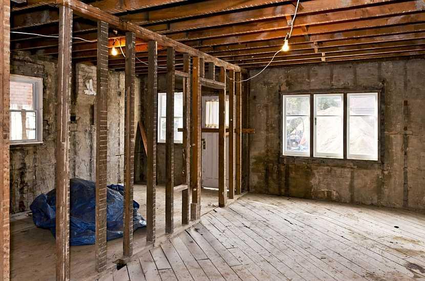 Staré byty často vyžadují nákladnou a dlouhodobou rekonstrukci