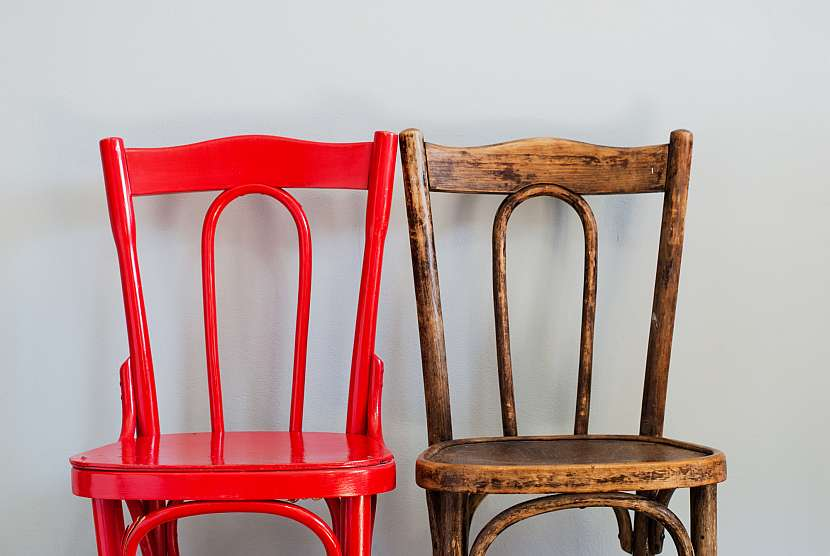 Červená a stará židle