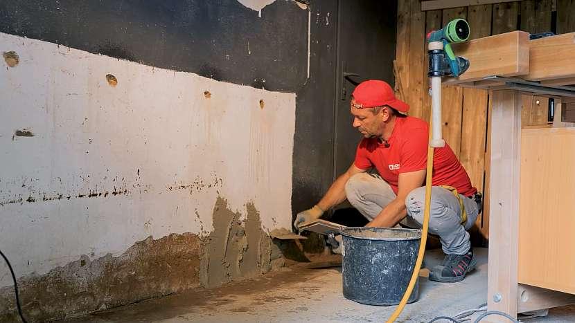 Starou omítku, kterou závěsný systém na zeď nepřekryje, opravte maltou