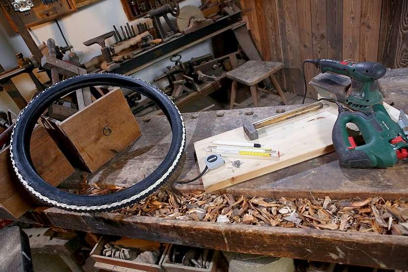 Na výrobu potřebujete starou pneumatiku a pár nezbytností
