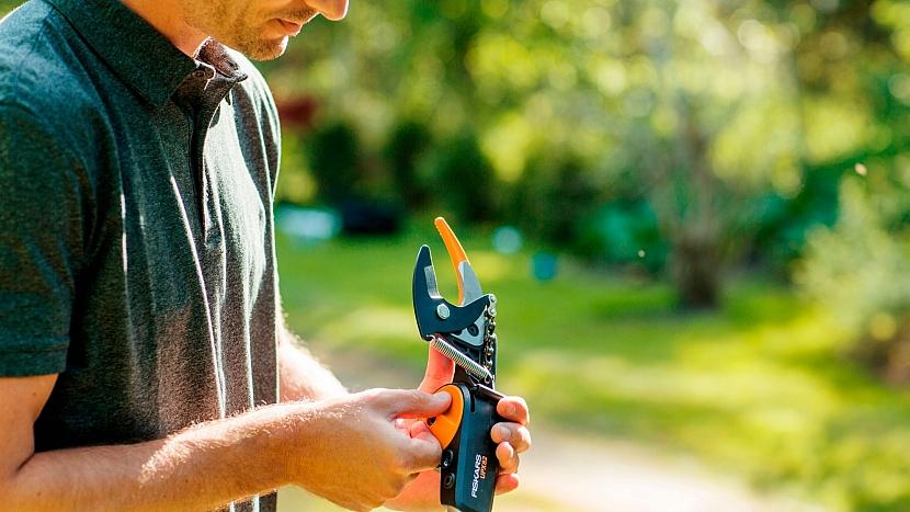 Zimní řez jabloní a hrušní musíme stihnout do rašení: nůžky zahradní univerzální PowerGear X