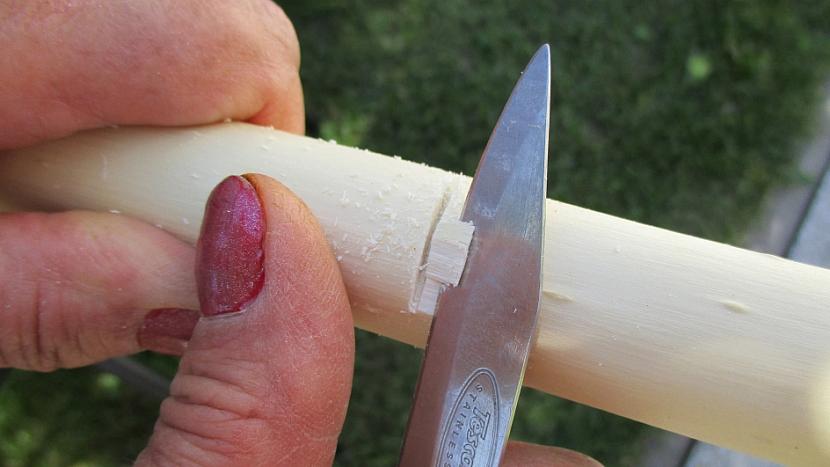 Jak si udělat závěsnou tyč na sušení bylinek na zahradě 3