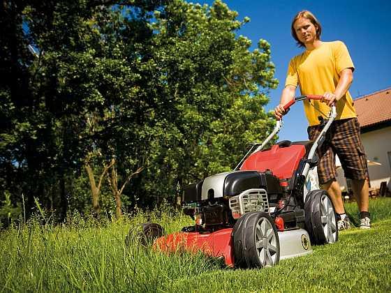 Když tráva roste před očima, bez pořádných strojů na sečení se neobejdeme (Zdroj: Mountfield)