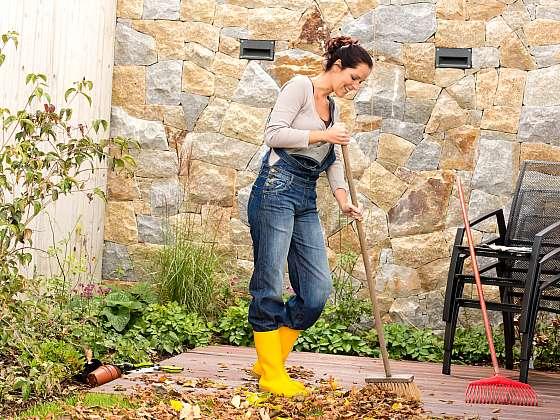 Velký úklid zahrady je na podzim nezbytný (Zdroj: Depositphotos (https://cz.depositphotos.com))