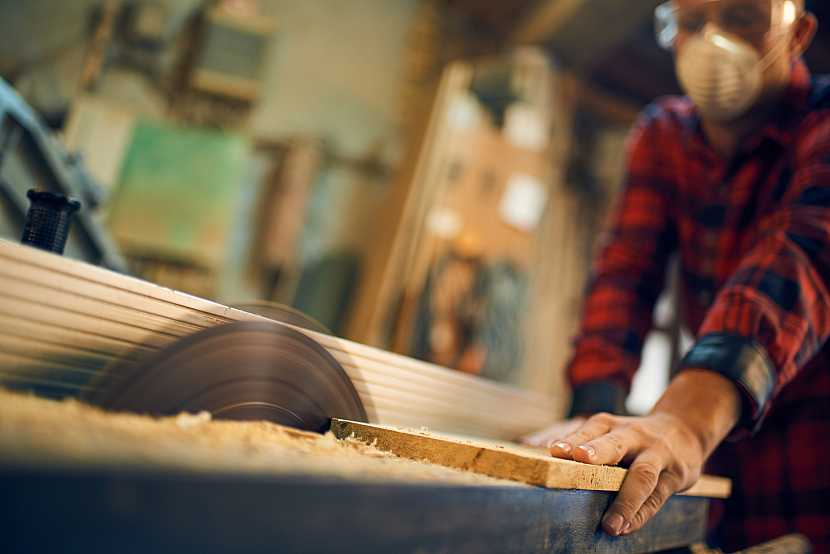 Řezání dřeva na cirkulárce