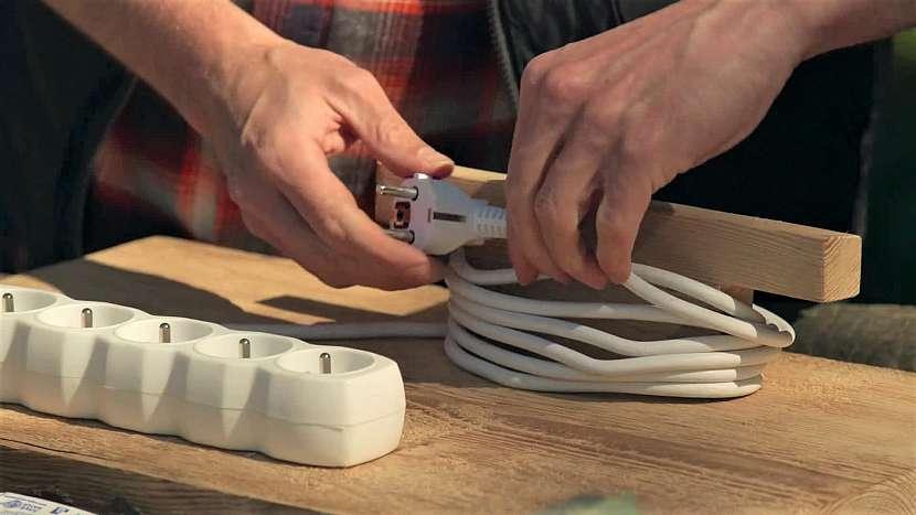 Umístění prodlužovačky na připravené šrouby