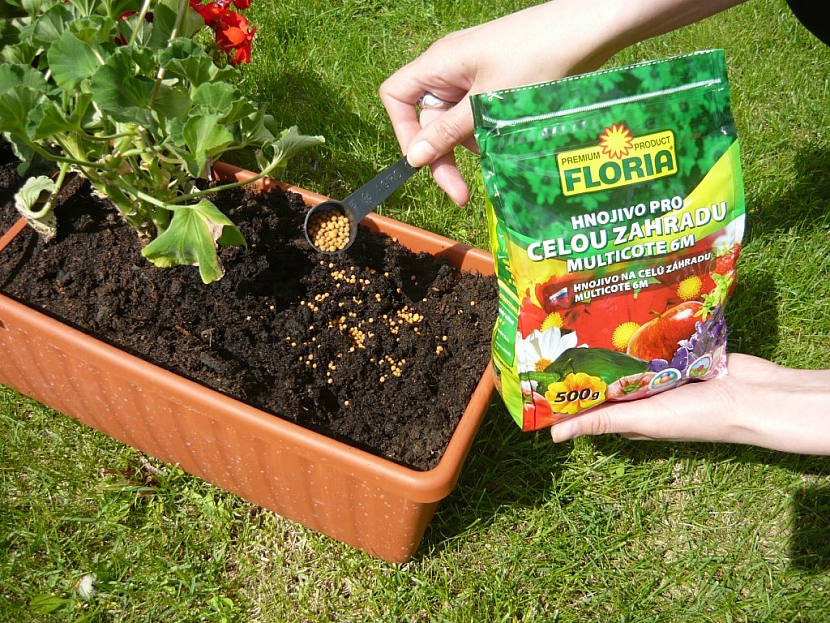 Jak se hnojivo pro celou zahradu MULTICOTE 6M aplikuje?