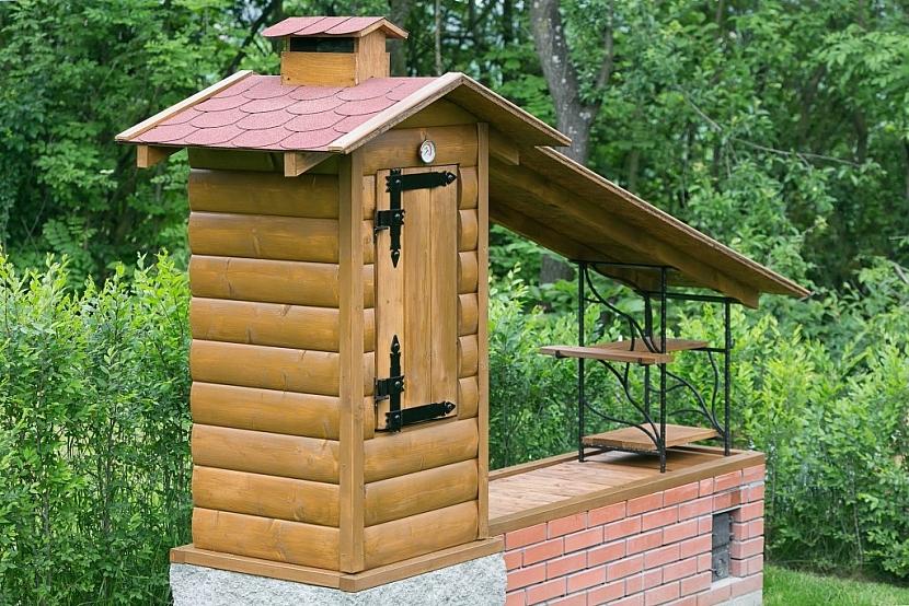 Dřevěná zahradní udírna se zděným základem