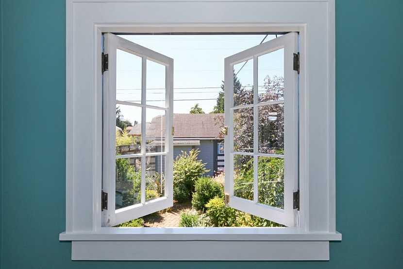 Okno v koupelně je velké plus, neboť časté větrání zamezí růstu plísní