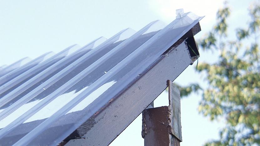 Zastřešená pergola: střešní konstrukci zajistěte šroubky
