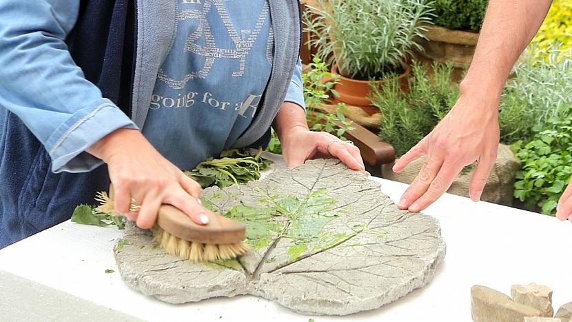 Okrasné nášlapy: po zatvrdnutí betonu odstraníme zbytky listu