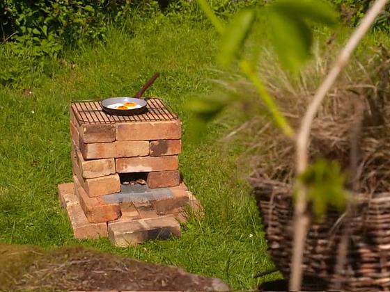 Na zahradním sporáku z cihel vařte, smažte nebo pečte maso (Zdroj: Prima DOMA MEDIA, s.r.o.)