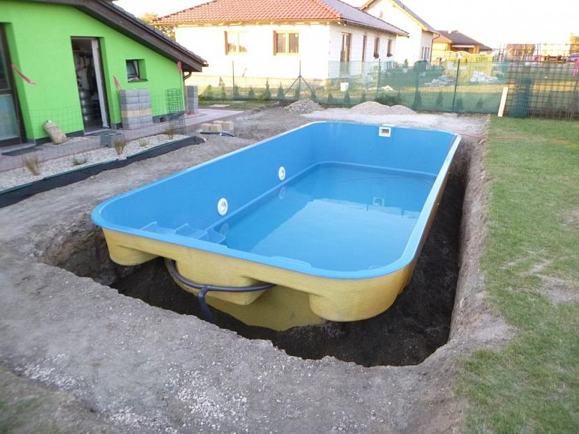 Výstavba betonového bazénu trvá dlouho a je pracná