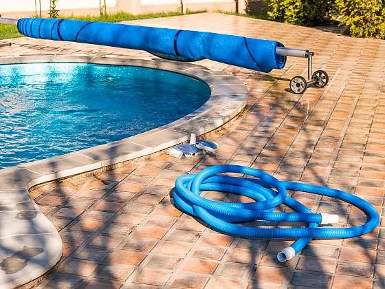 Nepodceňujte pravidelné čištění vody v bazénu (Zdroj: Depositphotos)