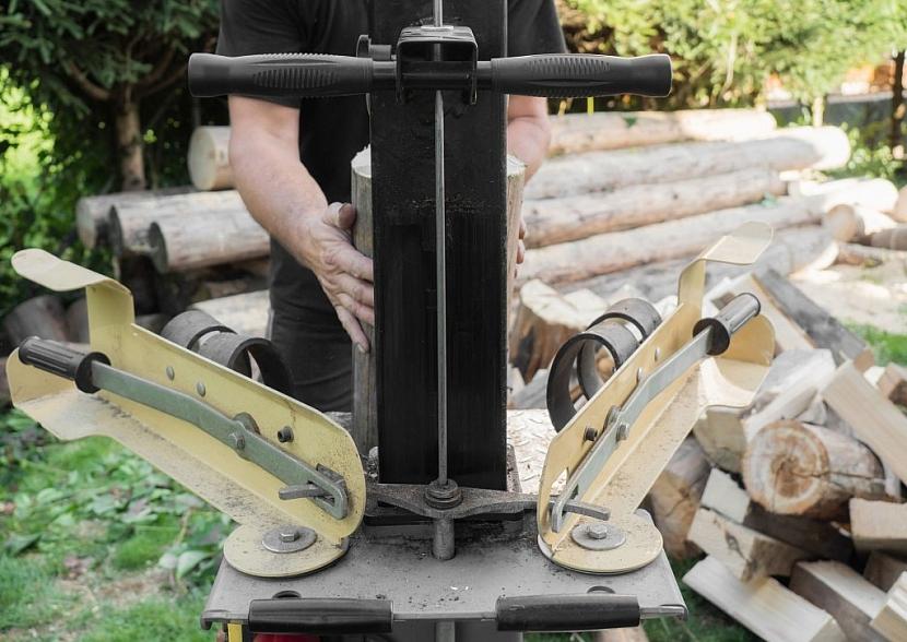 Detail ovládacích pák štípačky - všimněte si profilů vedle pák, ty slouží jako bezpečnostní bariéra