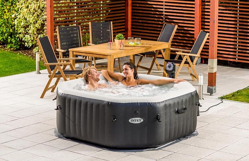 Nafukovací vířivka PureSpa DeLuxe HWS 800 osvěží ve vedrech, odstraní stresové napětí a umožní vychutnat si rozkošné chvíle intimity v klidu vlastní zahrady.
