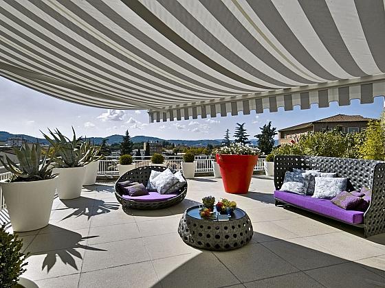 Stahovací markýza nad terasou bez nosného profilu zajistí stín (Zdroj: depositphotos.com)