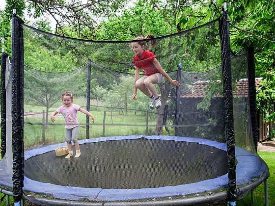 Trampolína na zahradu znamená zopakovat si zásady bezpečnosti (Zdroj: Depositphotos)