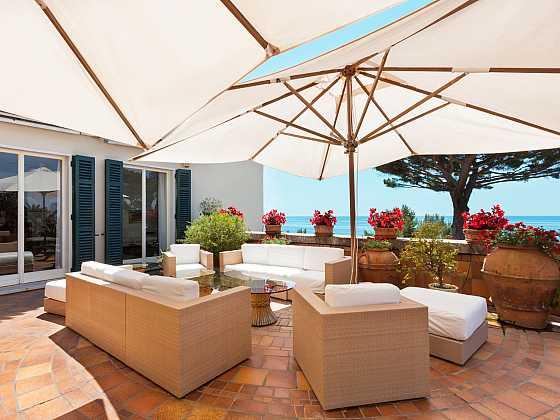 Venkovní deštníky skýtají příjemný stín i v tom nejteplejším létě. Pokud vám však mají ještě dlouho sloužit, potřebují i ony náležitou péči (Zdroj: Depositphotos)