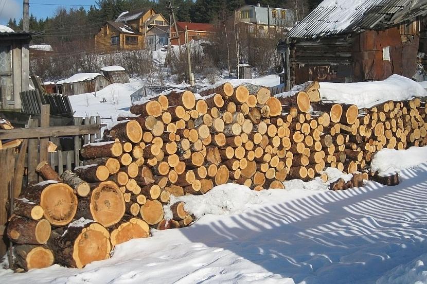 Takto navrstvené dřevo na zemi bez vrchního zakrytí je asi nejhorší možná varianta