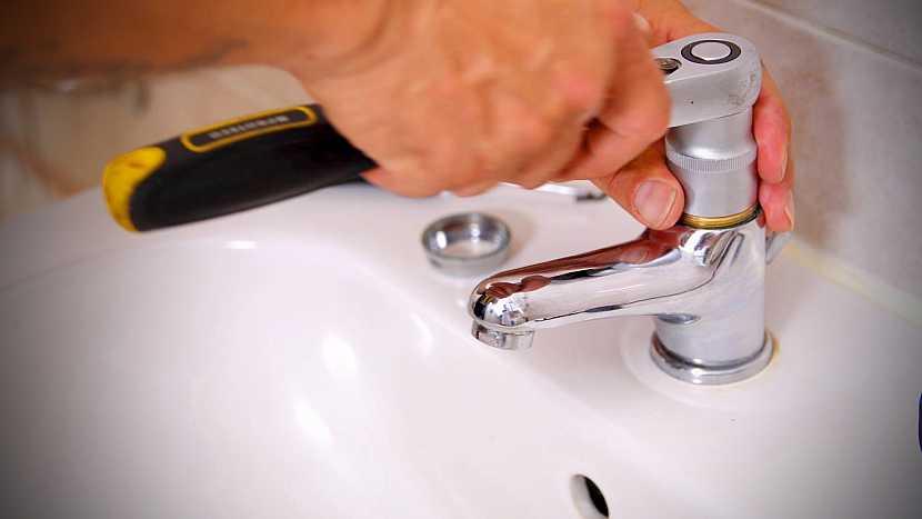 Otevření vodovodní baterie