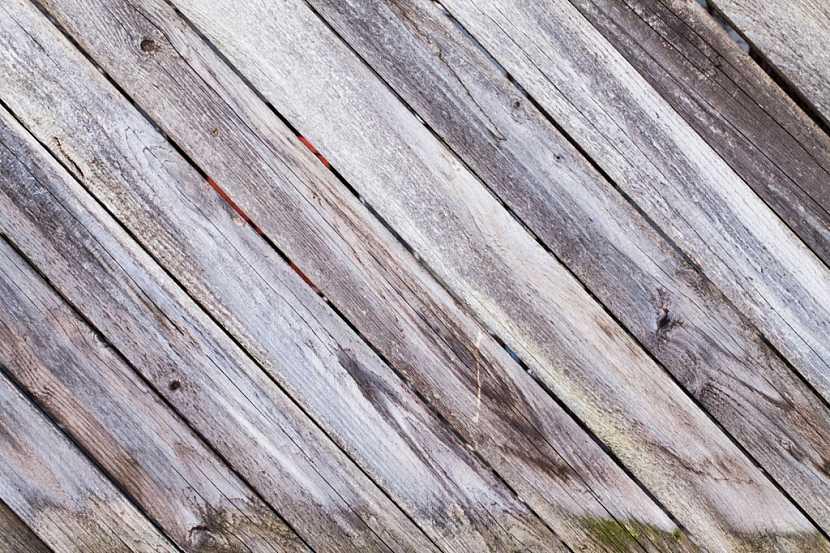 Podlahu v pergole vytvořenou z dřevěných prken bude třeba pravidelně ošetřovat nátěry či napouštět olejem, jinak ztratí svou původní barvu a zšedne