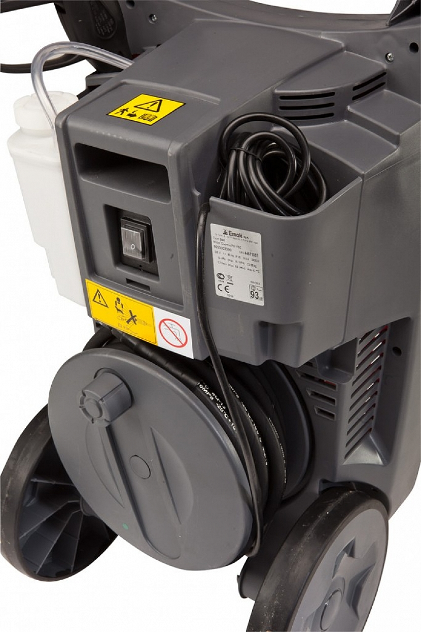 U kvalitních tlakových myček najdete i nádobku na přisávání čisticího prostředku.