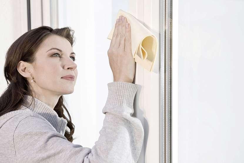 Žena myje okno
