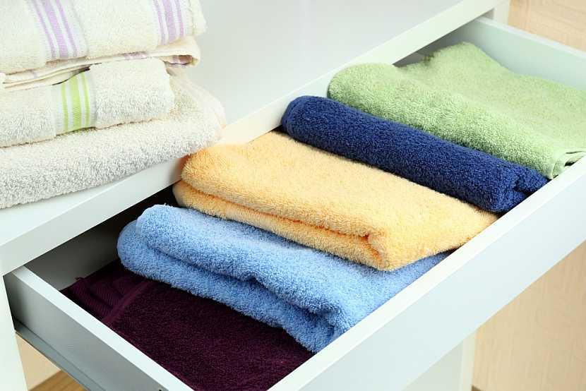 Koupelnová skříňka z lamina na ručníky