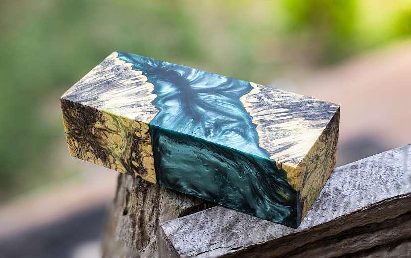 Pryskyřice ve dřevě vytváří originální obrazce