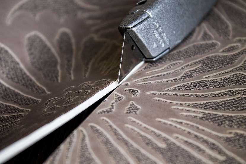 Řezání PVC podlahy