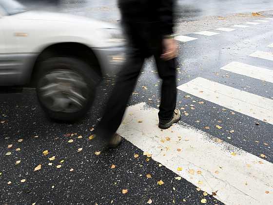 Podzimní tma přináší smrt na silnicích. Chodcům může zachránit život i jeden reflexní prvek (Zdroj: Depositphotos)