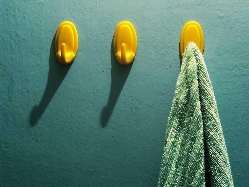 Plastové samolepicí háčky na ručníky a osušky