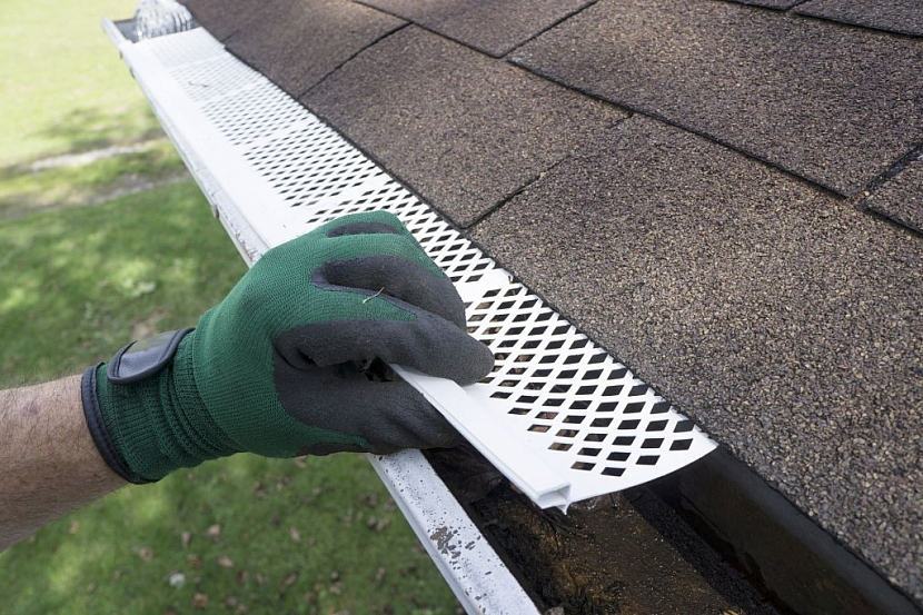 Střešní okapy lze pro jednodušší údržbu opatřit mřížkou, která zabrání padání nečistot do žlabu a tím jeho ucpání