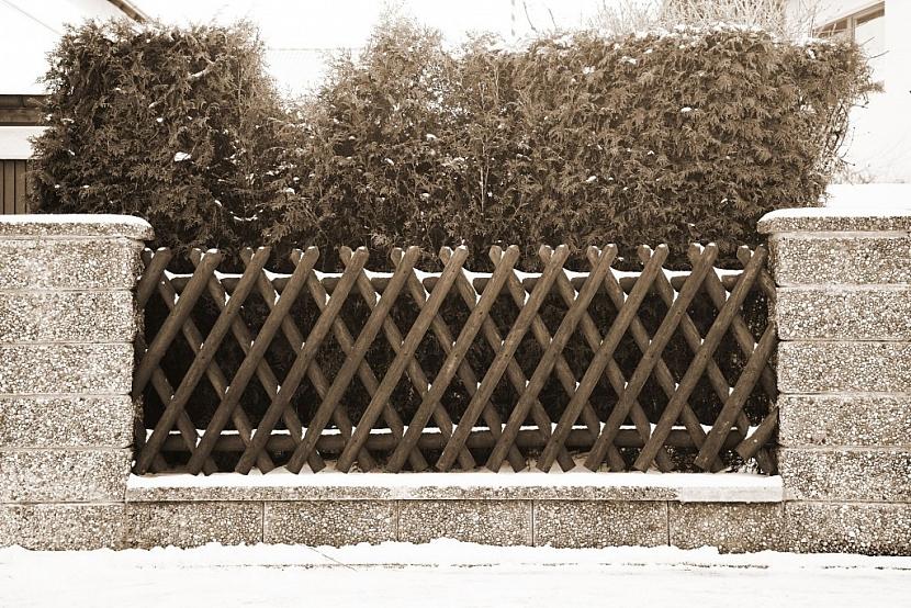 Cihlový plot působí majestátně a nedobytně