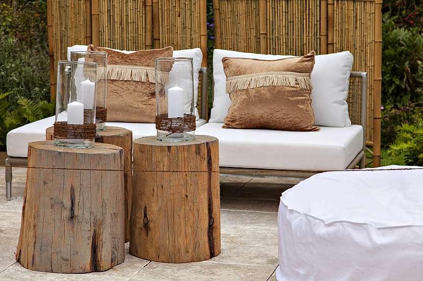 Jednoduchý nábytek, stolky z kulatiny