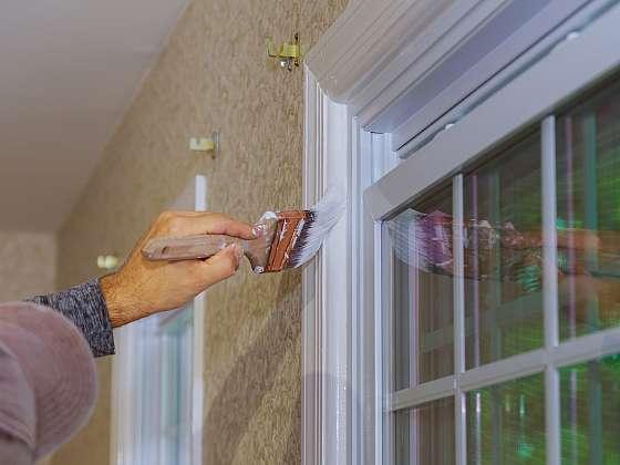 Využijte poslední teplé dny k obnově nátěru oken a dveří (Zdroj: Depositphotos (https://cz.depositphotos.com) )