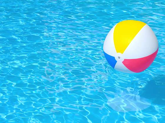 Bazénová voda vyžaduje pravidelnou údržbu (Zdroj: Depositphotos)
