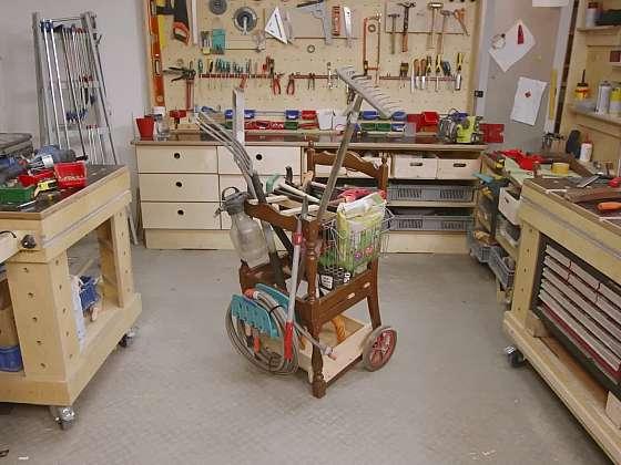 Vyrobte si s námi ze starých židlí praktického pomocníka na zahradu. S ním budete mít vždy vše uklizené a zároveň i po ruce (Zdroj: Prima DOMA)